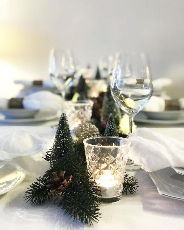 Snart er bordet ferdig dekket, og gjestene kan komme #borddekking #jul #julebord #julepynt #interiør #spisestue #spisebord #stue #vakrerom
