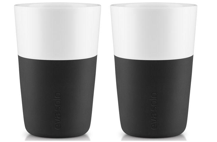 Eva Solo Latte beker Zwart - 2 stuks  Eva Solo Latte beker Zwart - 2 stuks Strak vormgegeven Latte bekers met een dubbelwandig ontwerp de Eva Solo Latte beker voldoet aan deze eisen.Het dubbelwandige porseleinen ontwerp houdt hete dranken lang warm en koude dranken heerlijk koel.En het oortje is niet meer nodig de buitenkant wordt namelijk niet heet! De Eva Solo Latte bekers komen in een set van twee in een mooie cadeauverpakking. Latte bekers Inhoud: 360 ml Materiaal: Porselein siliconen…