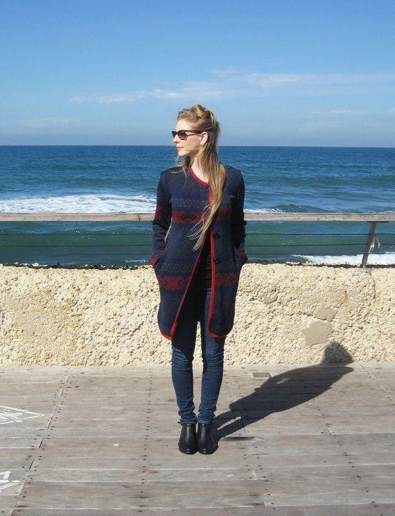 Blu & rosso cappotto con tasche  In vendita ora, invece di 110 $ solo 45 $   Bella ginocchio lunghezza cappotto, realizzato in acrilico blu in maglia con reticolo grigio e rosso e rosso micropigmentazione. Molto morbido e unico.  Sembra grande su un pantalone su misura e camicetta o un vestito con collant e aggiornare il più casual paio di skinny jeans e t-shirt. Ottimo anche con questi collant…