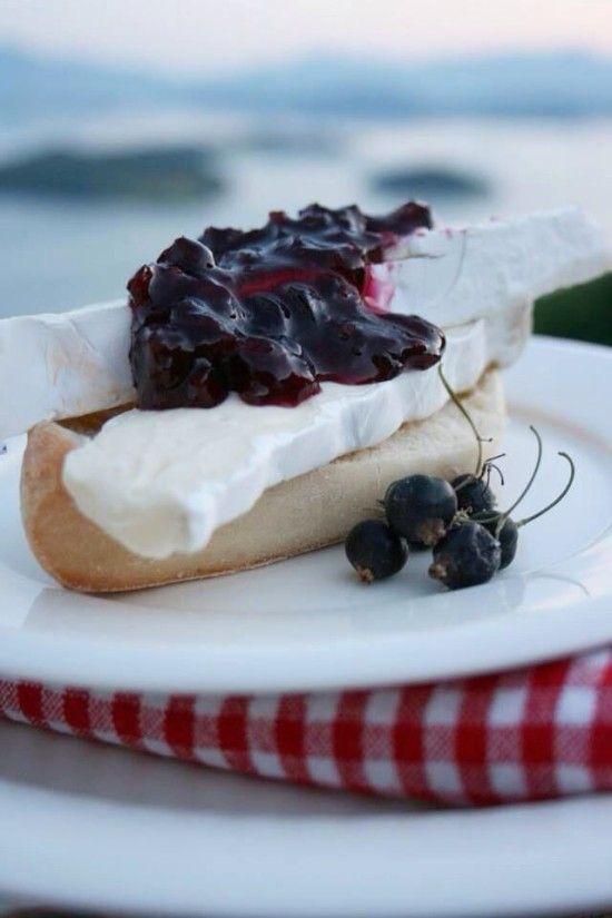 Solbærsylte med spennande smak av lime og stjerneanis.På kjøkkenbenken | God mat skal lagast med kjærleik og rause mål