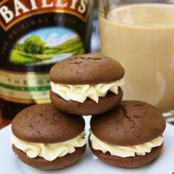 CREMA PER BISCOTTI CON BAILEYS........ 8 cucchiai burro non salato, a temperatura ambiente Zucchero 3-4 tazze velo, setacciato 4-8 cucchiai. Crema irlandese Baileys----- mischiare il burro per circa 2-3 minuti,unire un po alla volta lo  zucchero, poi il baileys