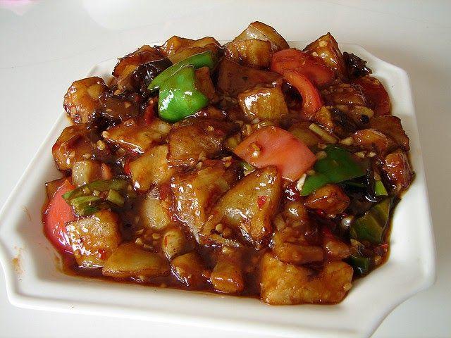 Curry d'aubergines, poivron, tomates, noix, sésame.