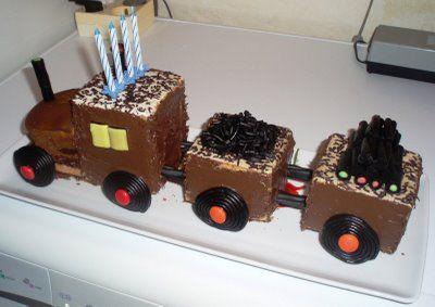 Gâteau-train : à faire comme ici avec les gâteaux du commerce ou mieux avec des gâteaux maison dans un moule à cake !
