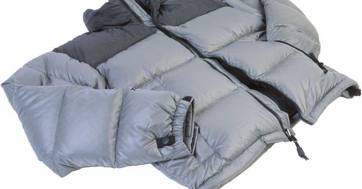 Como consertar rasgos em casacos de penas. Casacos de plumas têm penas para isolá-lo do frio. Os casacos, no entanto, são muito frágeis. Quer esteja esquiando ou cumprindo tarefas diárias, seu casaco está suscetível a rasgos. Qualquer dano pode fazer com que as penas voem para fora da jaqueta, deixando esvaziada o que uma vez foi sua barreira de proteção. Há quatro opções para reparar o ...
