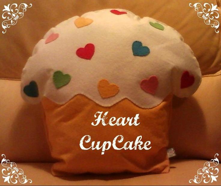 cuscino cupcake decorato con cuori colorati #cupcake pillow