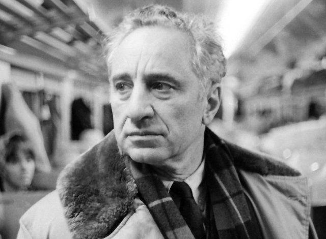 Ελληνικής καταγωγής σκηνοθέτης και ηθοποιός, με σημαντική καριέρα στο Χόλιγουντ. Γεννήθηκε το 1909 στην Κωνσταντινούπολη και το πραγματικό όνομά του ήταν Ηλίας Καζαντζόγλου...