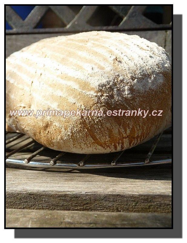 .....těsto mi uhnětl robot, chleba se pekl v troubě.....  1) večer před pečením smícháme v míse kvásek (50 g), žitnou chlebovou mouku (200 g) a...