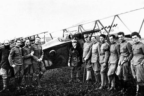 Una squadriglia di aviatori italiani comandati da Gabriele D'Annunzio.(1918)