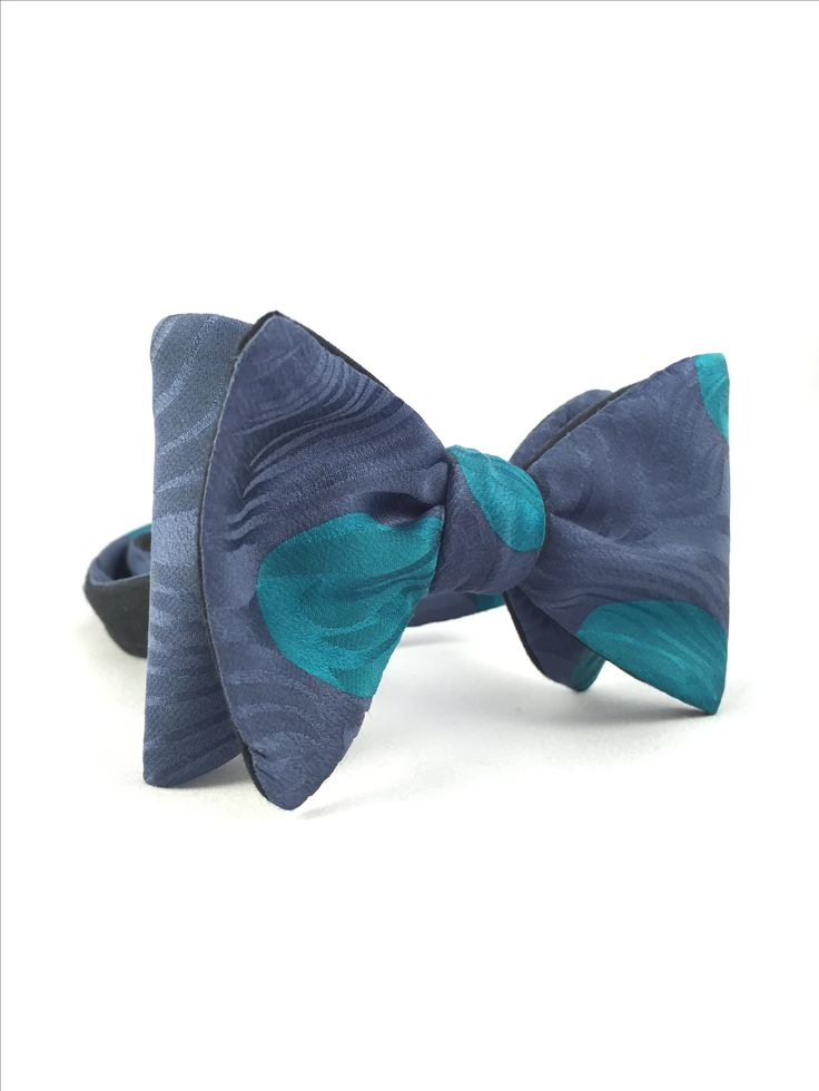 Papion self-tie bleumarin cu buline turcoaz: http://madalinaspirleanu.com/shop/papioane/papioane-self-tie/papion-self-tie-bleumarin-cu-buline-turcoaz/