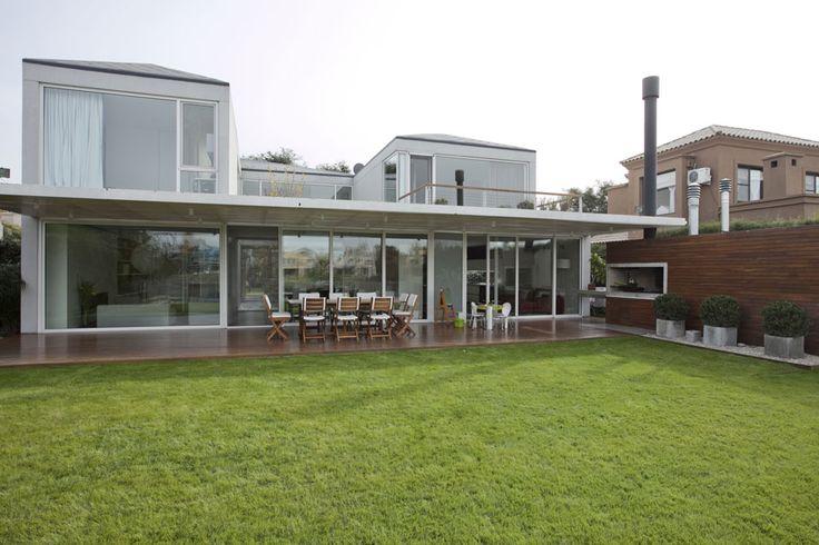 Tres casas modernas, cada una con su estilo  La galería de la casa es lo suficientemente espaciosa como para dar cabida a un doble juego de mesas con sillas: una para adultos y otra para chicos
