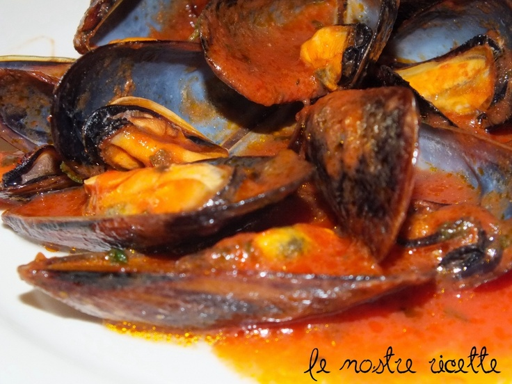 Sautéed mussels in tomato sauce