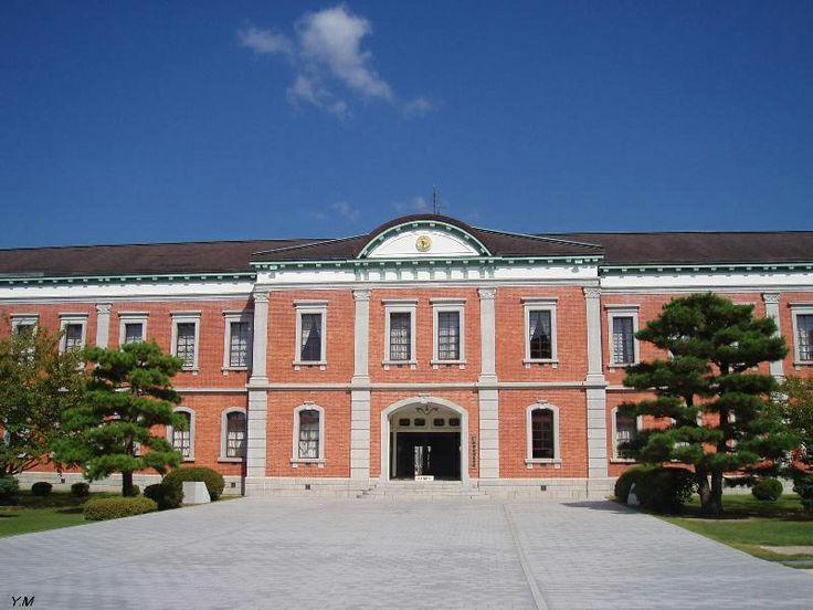 【広島県 旧海軍兵学校(江田島市)】旧海軍兵学校は、明治21年に東京、築地から移転して以来、海軍将校養成の基地として、若い人の憧れを集めてきました。構内の教育参考館には、旧海軍関係の資料などが展示され,特に神風特攻隊員たちの遺書や遺品が見る人の胸を強く打ちます。 http://www.kankou.pref.hiroshima.jp/etajima/spot/1515.html #Hiroshima_Japan #Setouchi