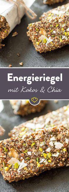Energie für Kokos-Fans: Kürbiskerne, Leinsamen, Walnüsse, Chia Samen, Rosinen und Datteln verbinden sich mit Kokosöl zu einem süßen Snack in Riegelform.