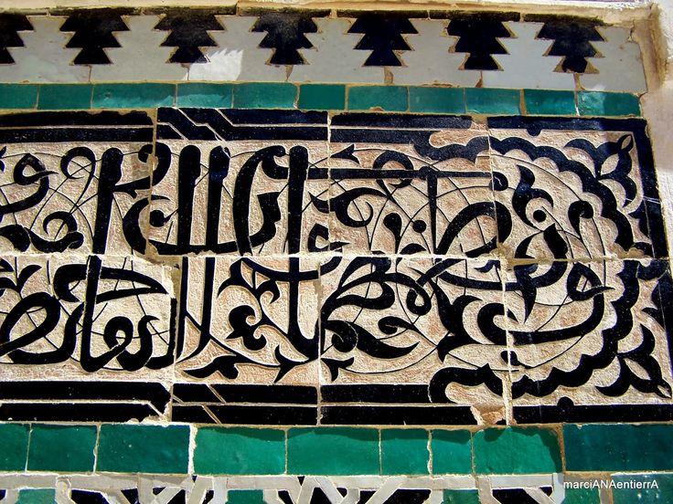Epigrafía árabe decorando la Madraza Bou Inania, Fez