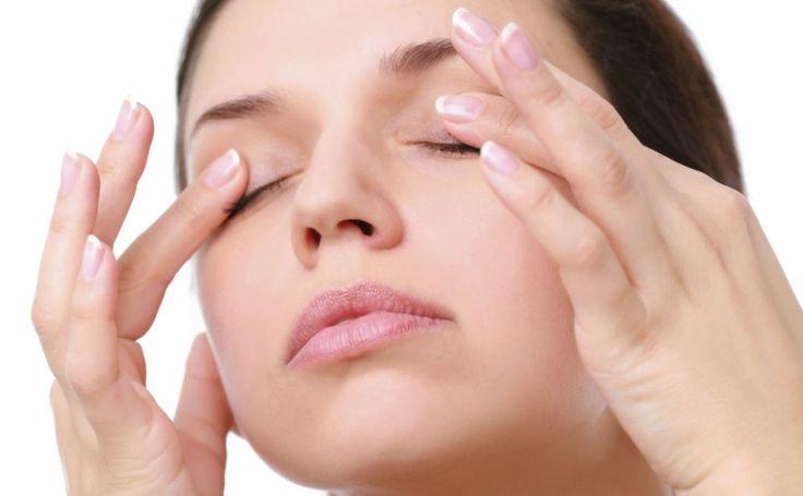 Wenig geschlafen, geweint oder genetisch bedingt - die Folge: geschwollene Augen. Unser Tutorial zeigt, wie du diese mit einer sanften Lymphmassage los wirst.