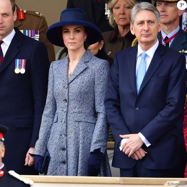 Kate Middleton, duchesse de Cambridge, au côté de Philip Hammond lors de l'inauguration le 9 mars 2017 à Londres d'un mémorial rendant hommage aux services rendus au péril de leur vie par les personnels de l'armée britannique et les civils de la Défense lors de la Guerre du Golfe et des conflits armés en Irak et en Afghanistan.