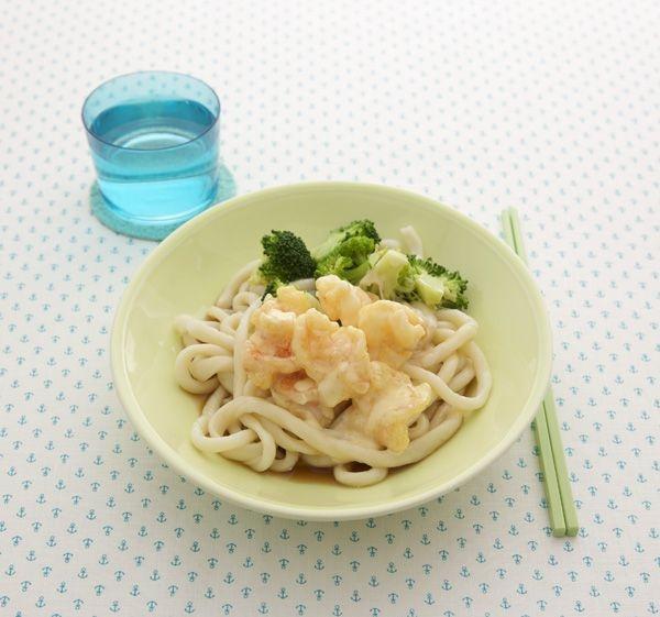 子どもにも大人気のえびマヨに、ビタミンやミネラルを含んで栄養たっぷりのブロッコリーを添えた、えびマヨうどん。/ワンプレート&ワンボウルランチ(「はんど&はあと」2012年8月号)