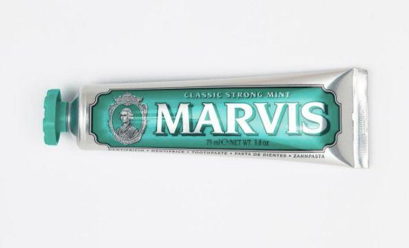 Siamo talmente abituati a queste confezioni che non ci rendiamo conto di quanto siano belle. Esiste una pagina Instagram che raccoglie le foto di alcuni prodotti italiani che hanno un design degno di alcuni prodotti americani. Il profilo si chiama The Italian Case e riunisce foto di scatole della pasta d'acciughe Balena, del dentifricio Marvis, …