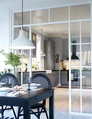 BORDSKIKK: Et kjøkken i landstil har typisk profilerte fronter, vitrineskap med sprosser, gode knotter og håndtak og et stort spisebord.