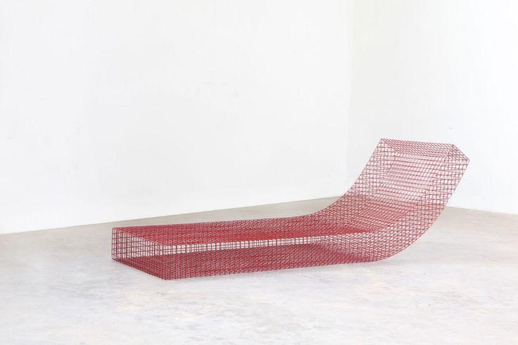 Spécialiste entre autres du minimalisme et des lignes pures, le designer Muller Van Severen signe une très belle collection de mobilier baptisée wire s #.  Ces modules de repos sont réalisés en grillage d'acier inoxydable recouvert de peinture poudrée. Ces objets sont à la frontière entre art, sculpture et design, ils ressemblent à des modélisations 3D sorties d'un écran.
