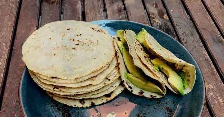 Una masa sencilla, sin levado y con un formado a prueba de torpes que solo lleva tres ingredientes. Además no tiene gluten y se cocina en una sartén. ¿Más ventajas? Se puede rellenar con casi cualquier cosa.