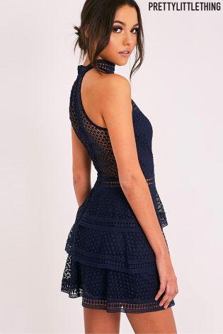 PrettyLittleThing premium gelaagde kanten jurk met panelen