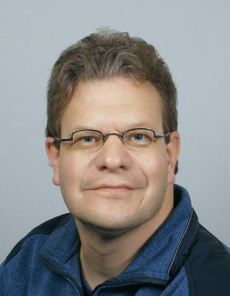 Hindrik van der Spoel (Roden, 1968) is regionaal vooral bekend vanwege het door hem zelf geschreven en geproduceerde videodrama uit de periode 1996 - 2000, waarvan 'Prooi' zijn bekendste productie is. De personages in zijn films worstelen met zichzelf en/of het leven en staan aan de zelfkant van de samenleving.   Met Nachtzuster maakt hij zijn debuut als auteur.