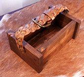 Puulaatikko nahkahihnalla B | HilleRin Säilytyslaatikko kantohinalla.