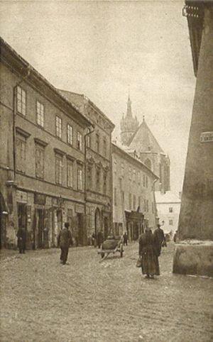 Ulica Mikołajska, stąd tak nazwana, iż prowadzi do kościoła S. Mikołaja na Wesołej; w tej ulicy stoi kościół N. Panny Śnieżnej. Pierwotnie ulica zaczynała się od Rynku a jej zakończeniem była Brama Mikołajska. Gdy w XIX wieku rozebrano mur otaczający cmentarz P. Marji i utworzono pl. Mariacki oraz założono Mały Rynek w miejscu Wendety ul. Mikołajska zaczyna się od ul. Szpitalnej.