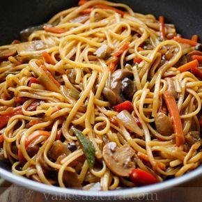 Estos gustosos tallarines chinos con muchos vegetales. | 16 Deliciosas recetas de comida china que puedes hacer en casa | https://lomejordelaweb.es/