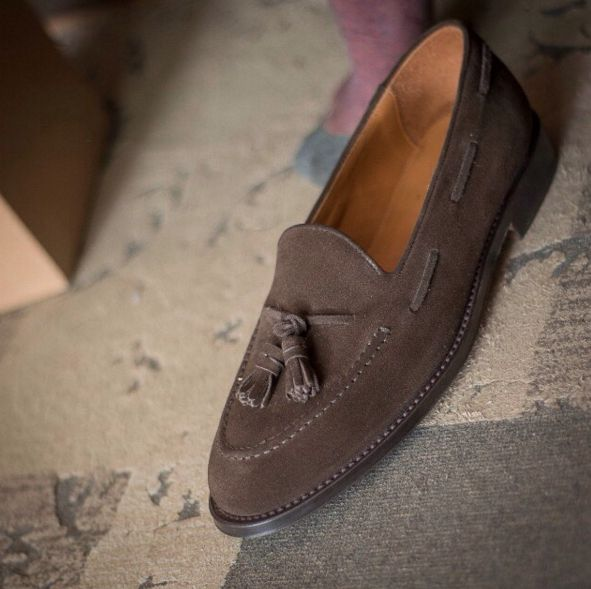 """""""Elegance is usually confused with superficiality, fashion, lack of depth. This is a serious mistake: human beings need to have elegance in their actions and in their posture because this word is synonymous with good taste, amiability, equilibrium and harmony."""" Paulo Coelho  Barbee, our #tassel loafers in brown #suede leather available online at www.velasca.com. Link in profile to #shop.  Limited edition designed by @fabioattanasio  #velascadudes #thebespokedudes #loafers #tasselloafers"""