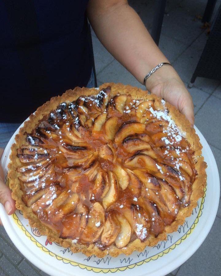 24-9-2016. Normandische appeltaart met appels uit eigen tuin. Volgende keer deeg iets langer kneden en temp iets lager. De calavados moet er echt bij!
