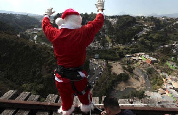 Héctor Chacón, un bombero vestido como Santa Claus, se prepara para saltar desde un puente de Belice para dar juguetes a los niños que viven debajo del puente, en la Ciudad de Guatemala. Visite nuestra página y sea parte de nuestra conversación: http://www.namnewsnetwork.org/v3/spanish/index.php