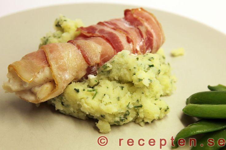 Baconinlindad fisk - Recept på baconinlindad fisk serverad med broccolimos. Gott och enkelt. Bilder steg för steg.