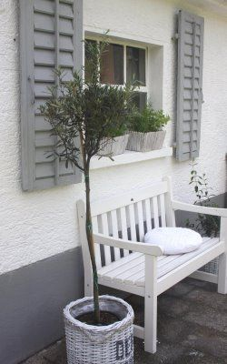 Fensterläden und Bank im schwedischen Stil