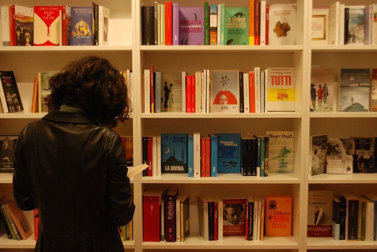 A Roseto degli Abruzzi ha appena aperto una bellissima libreria: si chiama La Cura, e guardate che begli scaffali!