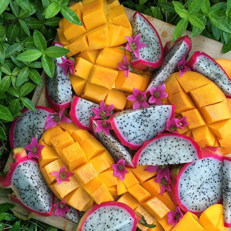 Fruit platter deliciousness this morning ☀️ Ataulfo mangos, dragon fruit, & edible salmon berry blossoms!