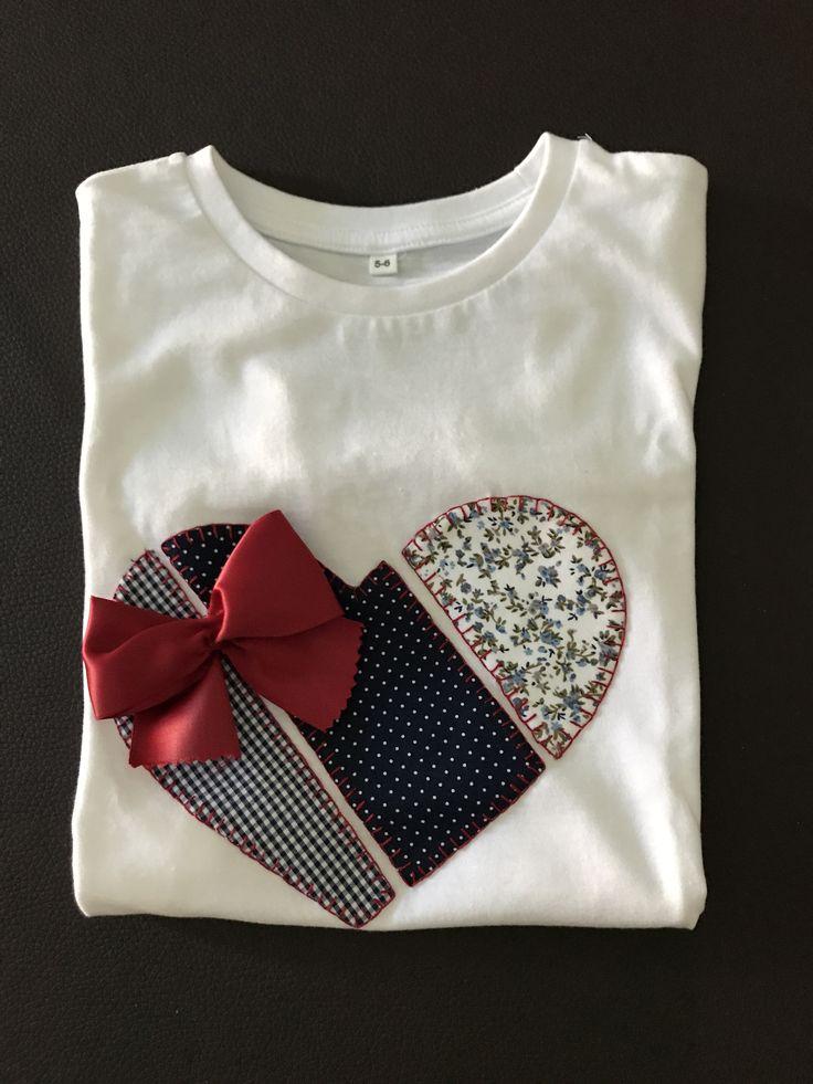 Camiseta patch, Corazón azul/grana con lazo (2017)