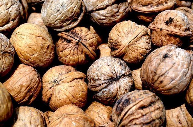 NUECES--- ricas en ácidos grasos Omega 3 esenciales que proveen a la piel de nutrientes saludables y la vuelven brillante y hermosa. Además, las nueces reducen los niveles de colesterol malo (LDL) y ayudan a combatir la somnolencia y la fatiga. Puedes comer un puñado de nueces, almendras, pistachos, o cacahuetes, para sentirte enérgico durante todo el día.