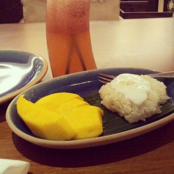 Thai dessert. Mango sticky rice.