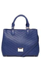 Bolsa Sacola Santa Lolla Logo Azul-Marinho, com acabamento texturizado, parte frontal com pingente metalizado da logo da marca, pés niquelados, alças de ombro de 41cm e fecho por botão magnético. Mede 37x29x14cm. (LxAxP)