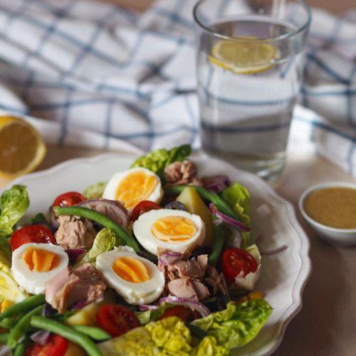 Salát Nicoise Pro 2 osoby: 100g římského, nebo ledového salátu 100g zelených fazolových lusků 200 g konzervovaného tuňáka 4 brambory (vařené) 2 vejce (vařené) 8 cherry rajčátek 1 hrst vypeckovaných černých oliv 1 červená cibule sůk, pepř na...