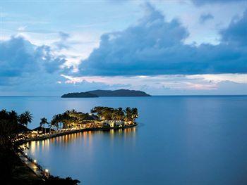Lagi-lagi, jaringan hotel Shangri-La berhasil masuk dalam daftar hotel terbaik di Malaysia. Shangri-La's Tanjung Aru Resort & Spa yang terletak di Kota Kinabalu mampu memukau para pengunjung dengan tampilan dan lokasi hotel yang unik. Hutan hijau dan lautan biru tampak mengelilingi seluruh areal hotel.  Rasakan kenyamanannya disini http://www.voucherhotel.com/malaysia/kota-kinabalu/206134-shangri-la-s-tanjung-aru-resort-and-spa-kota-kinabalu/