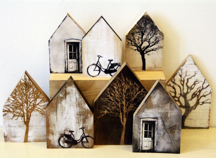 Saskia Obdeijn - houten huisjes. Geweldig, bijna levensecht deze afbeeldingen op de huisjes! Met druk en verftechnieken.