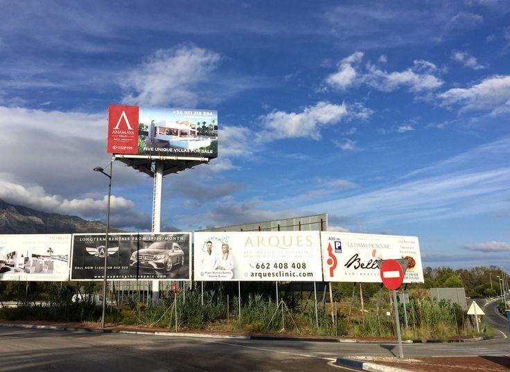 Cuando quieres impactar, hay que pensar a lo grande, y este monoposte publicitario situado en Puerto Banús, es un buen ejemplo de ello. La agencia inmobiliaria Lucas Fox International Properties vuelve a apostar por este soporte publicitario, por su privilegiada localización en Marbella y el gran formato panorámico.