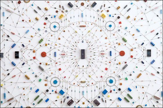 マイクロチップや電子部品を使ったマンダラ「Technological mandala」 - GIGAZINE