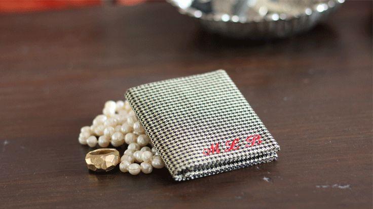 Un portafoglio sartoriale, leggero, unico, personalizzabile con le iniziali. Scegli i tessuti e il colore delle tue iniziali.