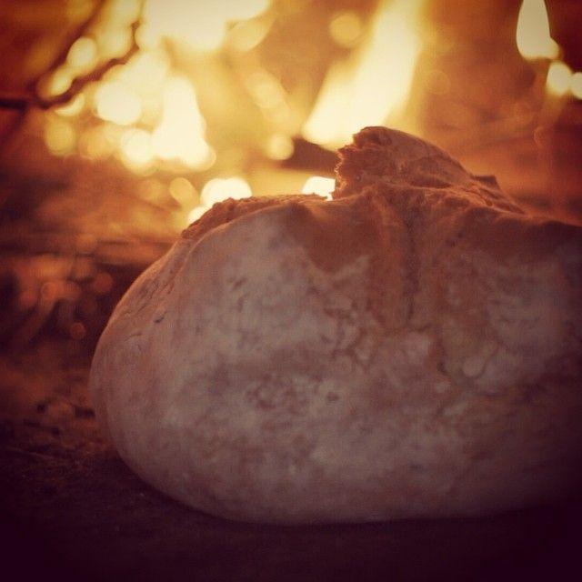 Ecco una forma di #Civraxiu, appena sfornato. Questo pane squisito fatto con semola di grano duro e cotto nel forno a legna, è originario delle regioni meridionali della #Sardegna quali il Campidano, la Marmilla, la Trexenta, il Sulcis e il Serrabus. Foto Chicco Lecca - Risorsa Sardegna Promozione   #sardegna #sardinia #traditionalbread #bread #italianfood
