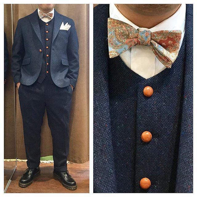tweed suit.  ブルーツイードのノーカラースリーピース。  レザーボタンにペイズリー蝶ネクタイがナイスな逸品。  隠れてシャツもペイズリー柄が素敵。  オーダーメイド製品はlifestyleorderへ。  all made in JAPAN  素敵な結婚式の写真を@lso_wdにアップしました。  wedding photo…@lso_wd womens...@lso_andc  #ライフスタイルオーダー#オーダースーツ目黒#結婚式#カジュアルウエディング#ナチュラルウエディング#レストランウエディング#結婚準備#新郎衣装#新郎#プレ花嫁#蝶ネクタイ#メンズファッション#ノーカラー#スナップ#ドクターマーチン  #lifestyleorder#japan#meguro#photooftheday#instagood#wedding#tailor#snap#mensfashion#menswear#follow#ootd#bowtie#tweed#collarless