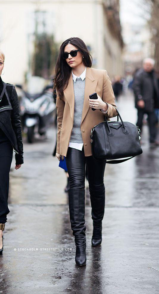 Acheter la tenue sur Lookastic:  https://lookastic.fr/mode-femme/tenues/blazer-pull-a-col-rond-chemise-de-ville-jean-skinny-bottes-hauteur-genou-sac-fourre-tout-lunettes-de-soleil/4251  — Lunettes de soleil noires  — Chemise de ville blanche  — Pull à col rond gris  — Sac fourre-tout en cuir noir  — Jean skinny en cuir noir  — Bottes hauteur genou en cuir noires  — Blazer en laine brun clair